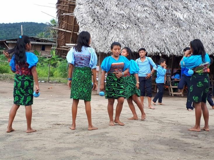 Les jeunes vont danser pour nous faire  connaître leur tradition