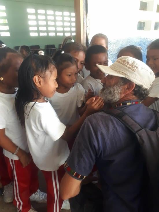 Les enfants  curieux  de toucher la barbe de Stef