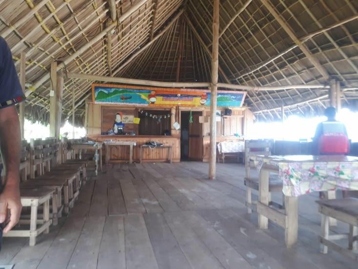 Le lieu ou l on va dîner  et dormir chacun dans un hamac.