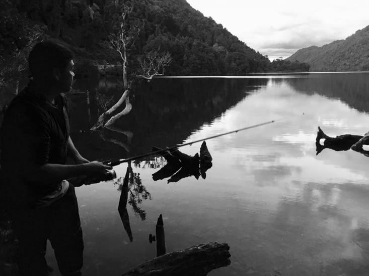 Camping sur le lac - Oscar à la pêche