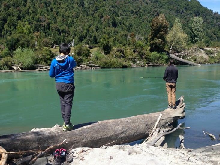 Les garçons ne s'avouent pas vaincus et retentent la pêche !