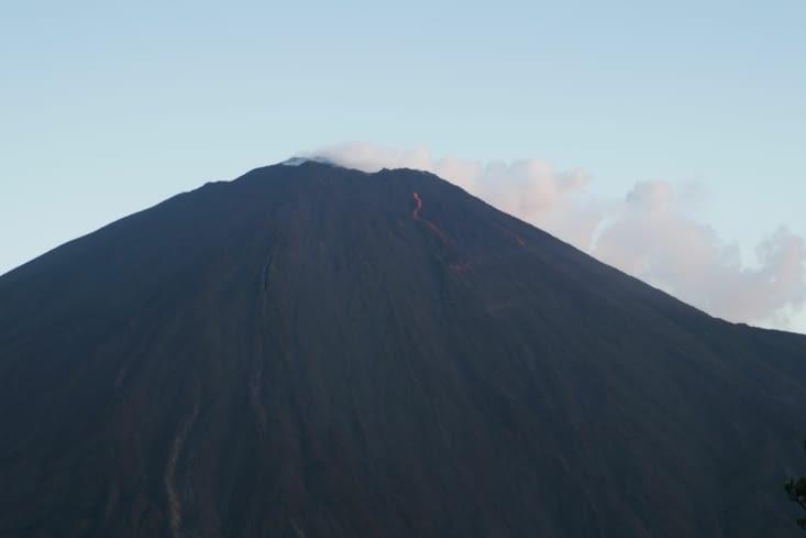 Le volcan est en activité, quelques coulées de lave sont visibles.