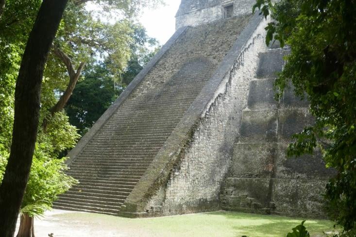 Certains édifices sont équipés d'escaliers en bois pour accéder au sommet. C'est sportif!