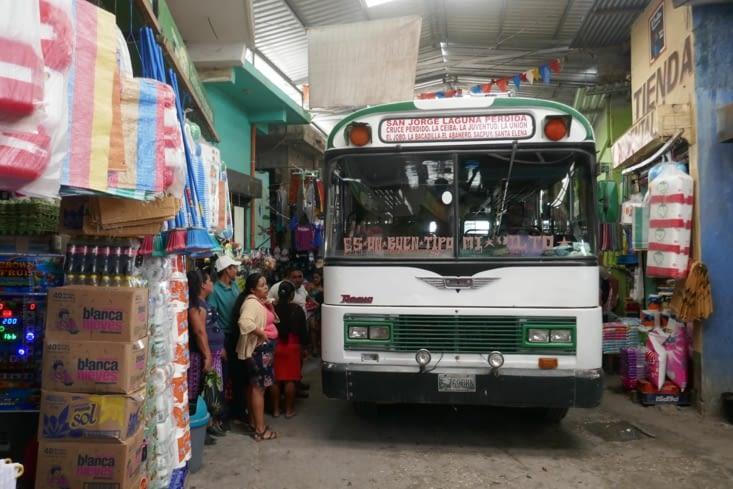 Les bus dans le marché, ça passe.ou ça casse.