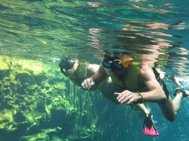 Avec masque et tuba on nage dans une eau claire à température idéale !