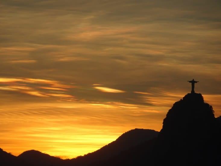 Qu'il est beau ce Christ avec le coucher du soleil