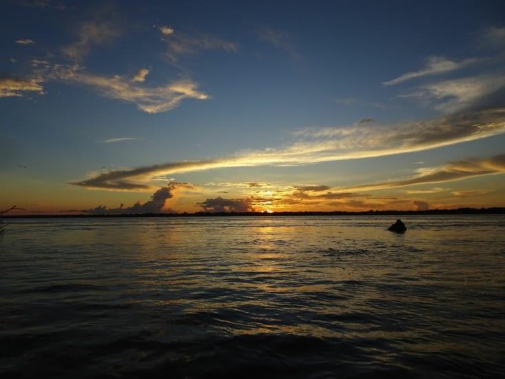 Coucher de soleil, bateau, dauphins roses.... parfait !!!