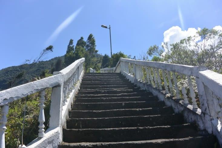 L'escalier que nous devons monter pour atteindre les sentiers