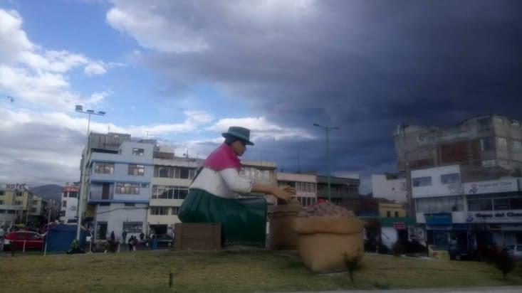 Statue de femme en tenue traditionnelle à Latacunga