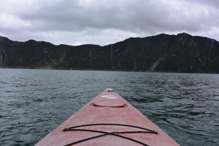 En kayak dans le cratère