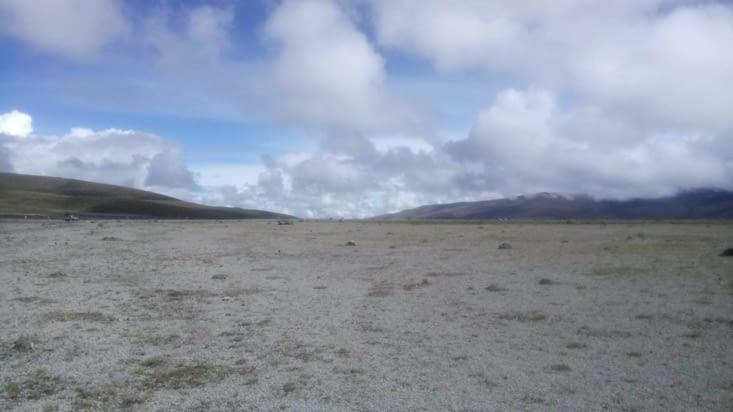Parc de Cotopaxi (cendres au sol datant de l'éruption volcanique du 14 août 2015)