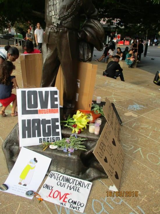 Auckland, après l'horrible attentat de Christchurch. Beacoup de message d'amour.