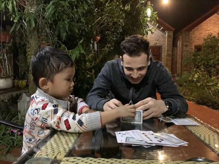 Jordan et le petit qui «tentent» des constructions en cartes