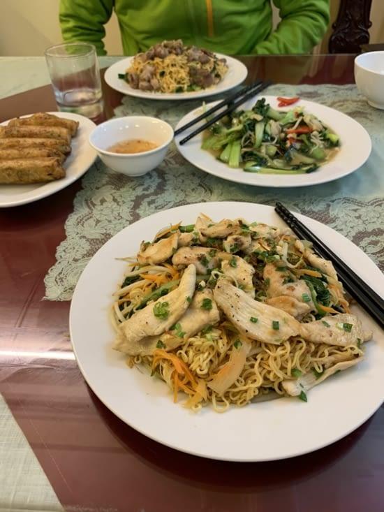 Nouilles sautées, au porc et au poulet, des spring rolls crevettes et du choux/champignons
