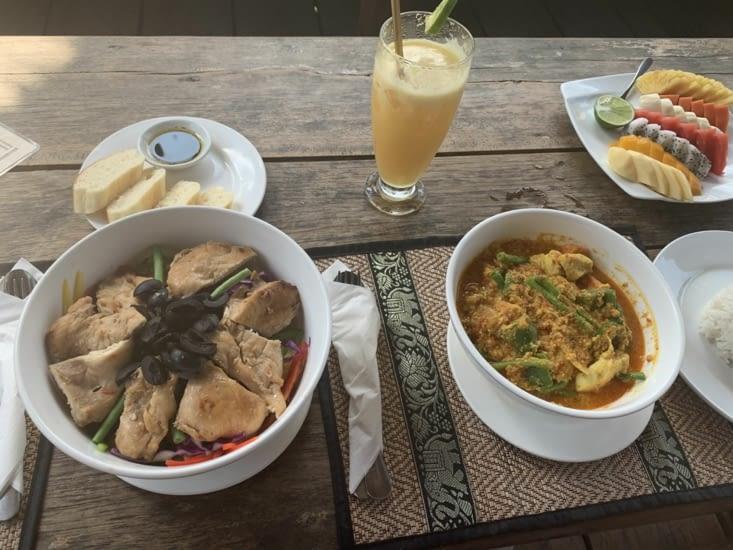Notre repas du midi ! Un Amok pour Jordan, un salad bowl pour moi