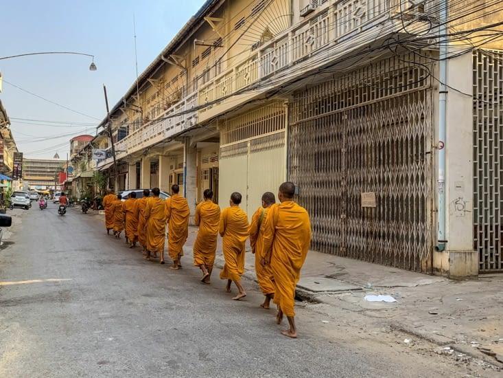 Les moines à la file indienne