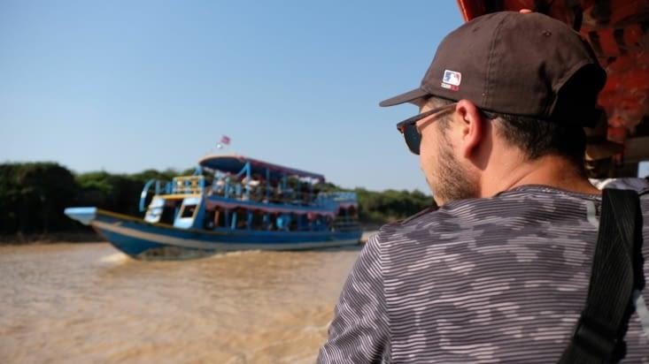 🛶 Jordan regarde le bateau.