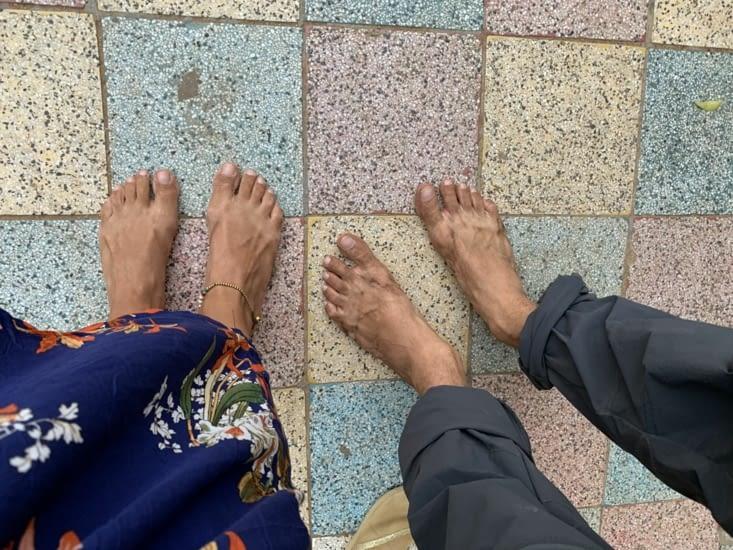 Nos pieds tout sal à force de marchef pieds nus dans les temples 😅