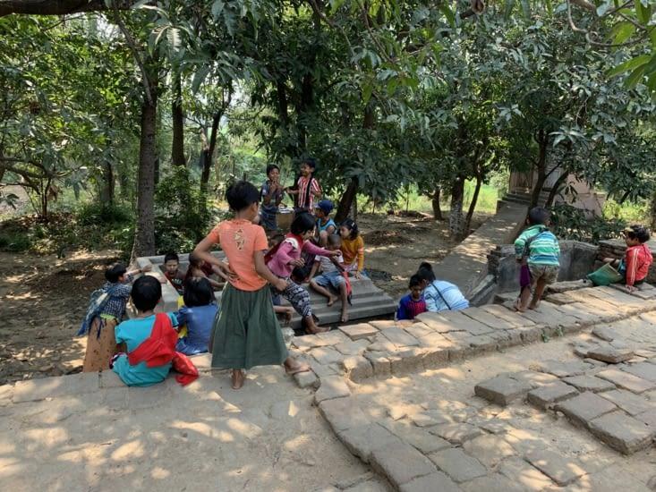 Des enfants jouaient dans le temple