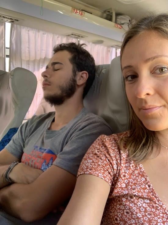 Jordan dort sur le trajet pour Mandalay 😂