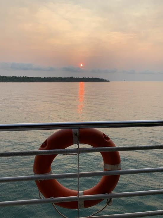Le lever de soleil aur le bateau