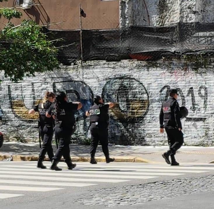 ... avec la police qui se prépare à intervenir mais sans plus.