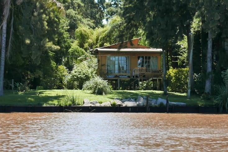 Des maisons les pieds dans le Rio de la Plata