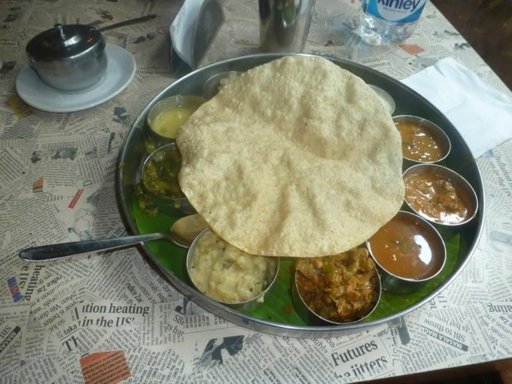Thali, spécialité du sud, de petits plats à mélanger au riz et qui se mange le midi