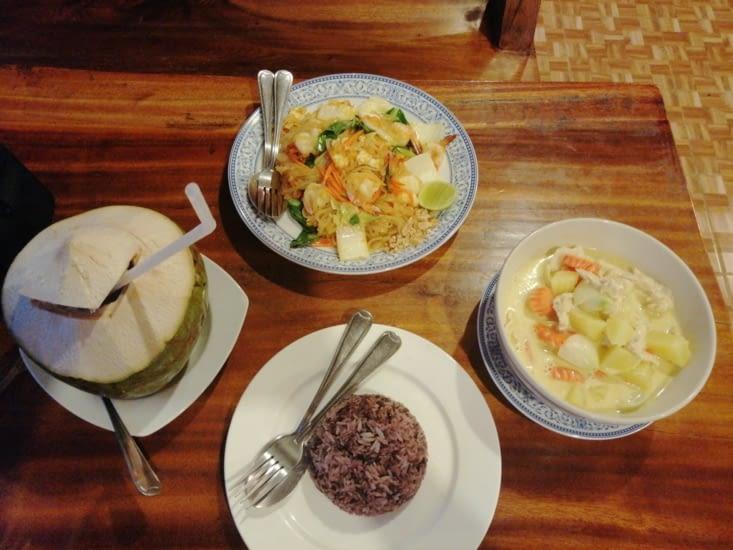 Pad thaï aux crevettes et massamam au poulet.
