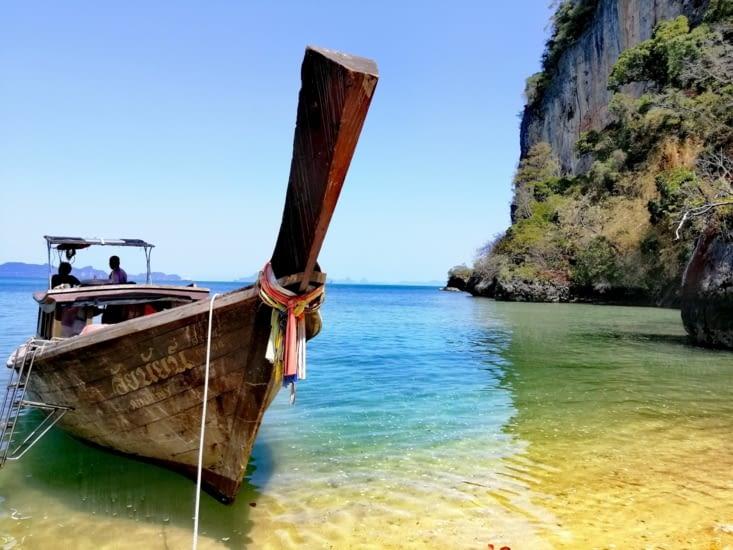 Long tail boat amarré.