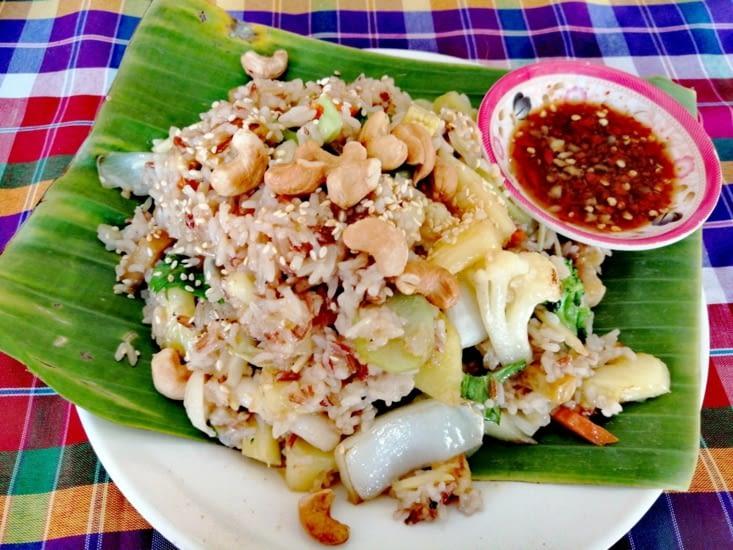 Régal de riz frit à l'ananas chez On's Thai-Issan