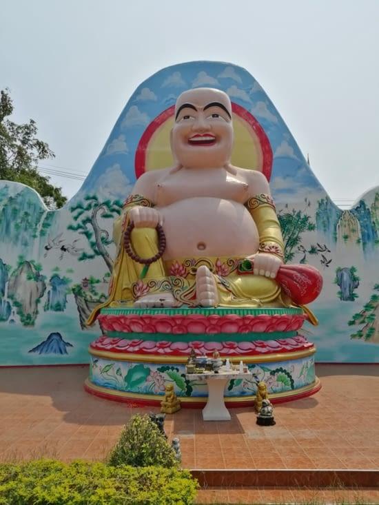 Un grand Bouddha.