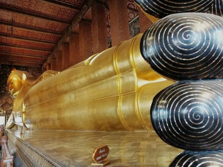 Le gigantesque Bouddha couché du Wat Pho.