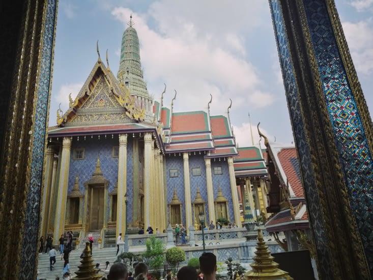 Monument dans l'enceinte du grand palais