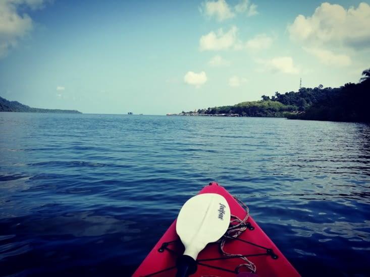 Kayak dans la baie.