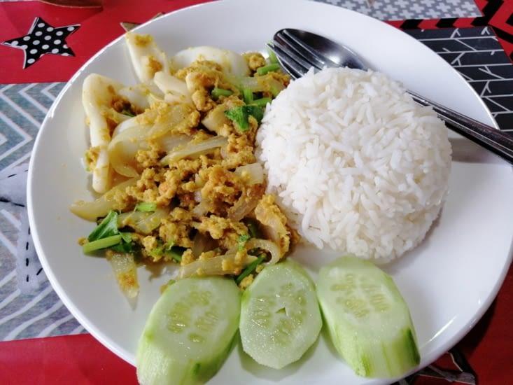 Riz avec sauce curry et calamar.
