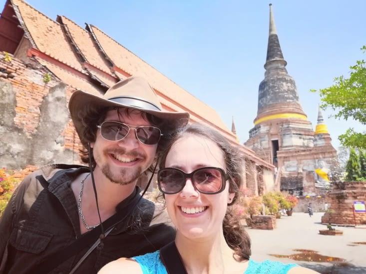 Devant le Wat Yai Chai Mongkhon