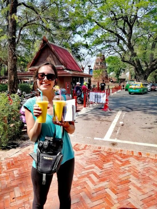 L'heure du mango shake devant le Wat Mahathat.