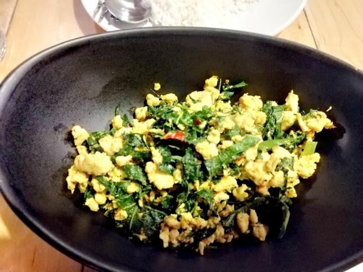 Poulet cuit au wok avec un curry du sud de la Thaïlande.