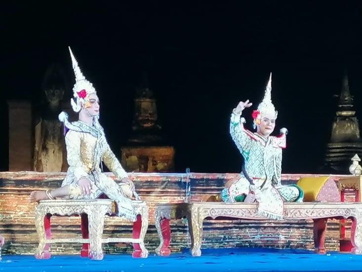 Spectacle de danse thaïe devant le Wat Mahathat.