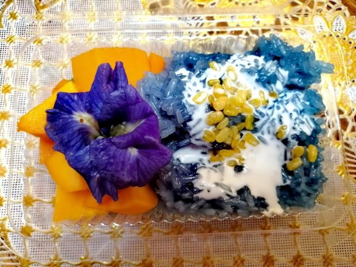 Et pour finir, le mango sticky rice teint aux fleurs bleues.