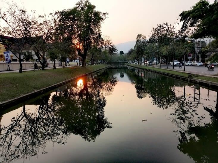 Le soleil plonge sur Chiang Maï.