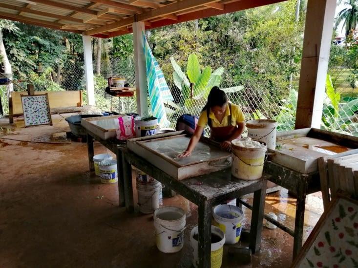 La préparation du papier artisanal.