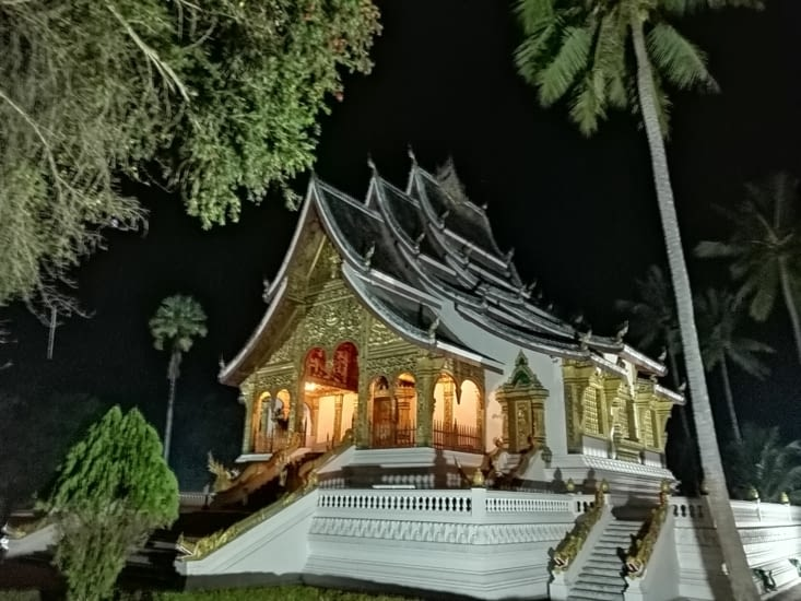 Le temple du grand palais de nuit.