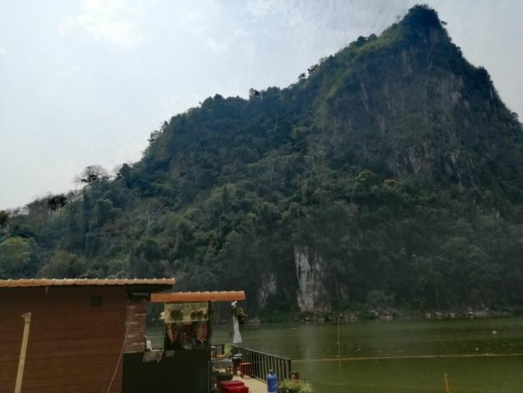 La vue sur la montagne depuis notre hôtel, le Ou River.