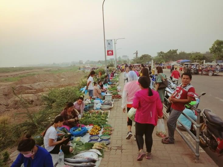 Les berges du Mekong s'animent au coucher du soleil