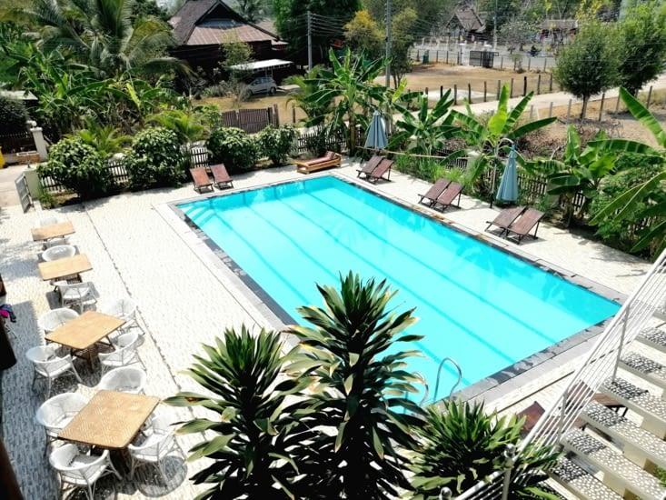 Première piscine laotienne.