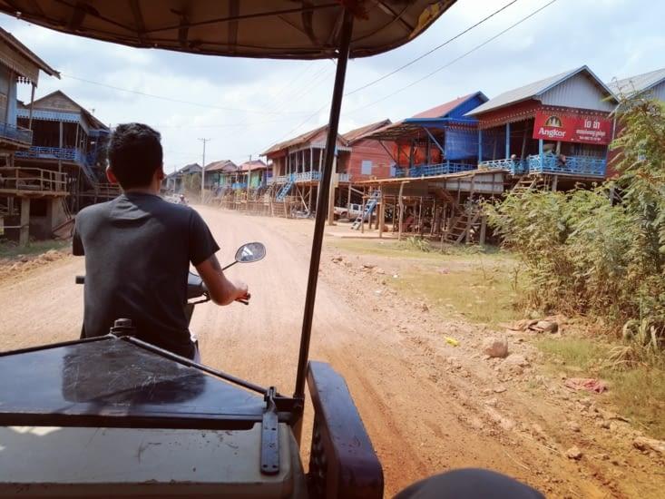 Arrivée aux villages de pêcheurs du lac Tonlé Sap.