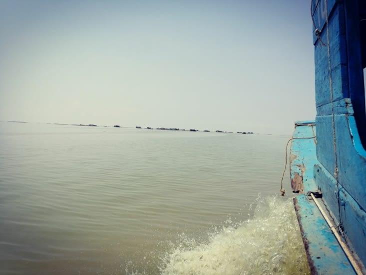 Aux abords du village flottant.