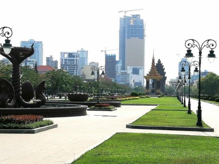 Le monument de l'indépendance et les grattes-ciel de Phnom Pehn.